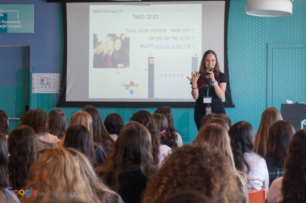 הדס פסטר, מרצה בפני נערות במשרדי גוגל ישראל (צילום:  באדיבות גוגל)