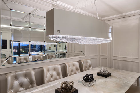 הנברשת מעל שולחן האוכל עוטפת מובייל מאבני סברוסקי (צילום: עודד סמדר)