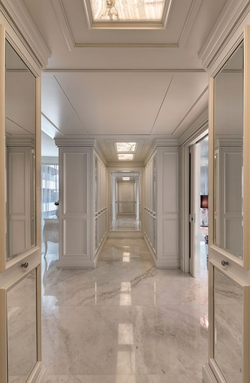 לחדר הארונות שני חלקים סימטריים: לו ולה (צילום: עודד סמדר)