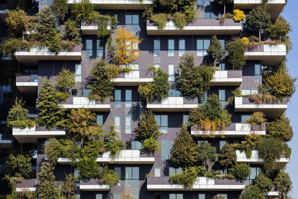 כאן זה התחיל: צמד המגדלים ''היער האנכי'' (Bosco Verticale) של האדריכל סטפנו בוארי במילאנו, שנחנך לפני כשנתיים. הפרויקט שווק לדיירי חוץ במחירים גבוהים, וממשיך לככב באינסטגרם גם היום (צילום: Martchan/Shutterstock)