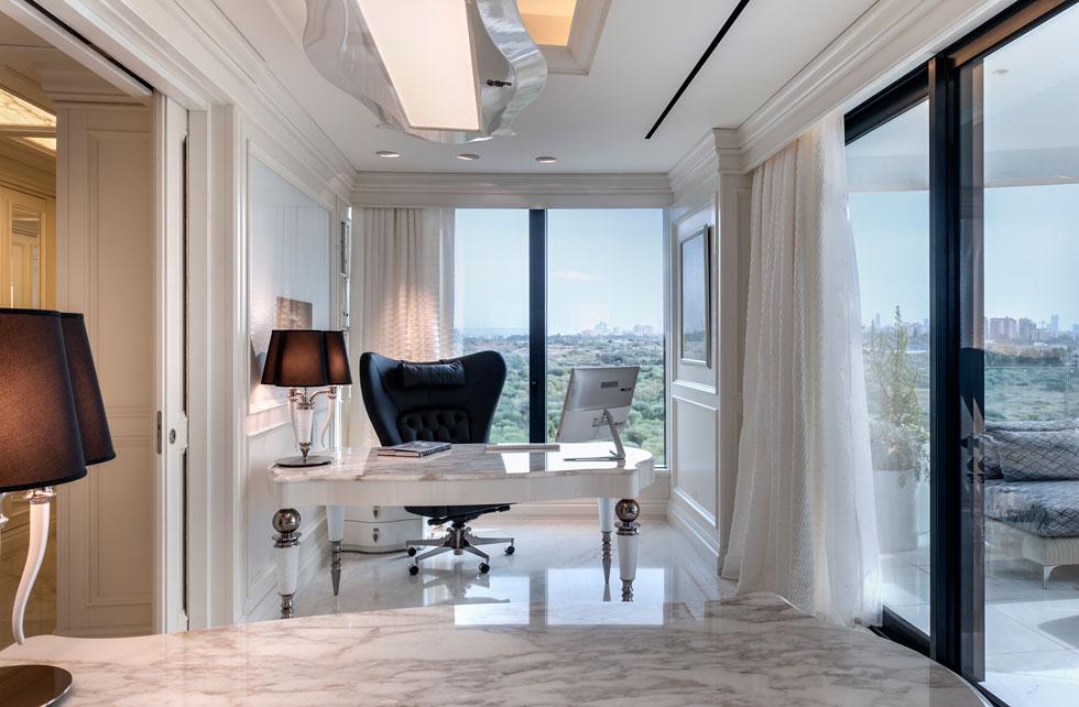 מחדר הארונות עוברים לחדר העבודה הזוגי, שבו שתי עמדות זהות, זו מול זו, ויציאה למרפסת קטנה (צילום: עודד סמדר)