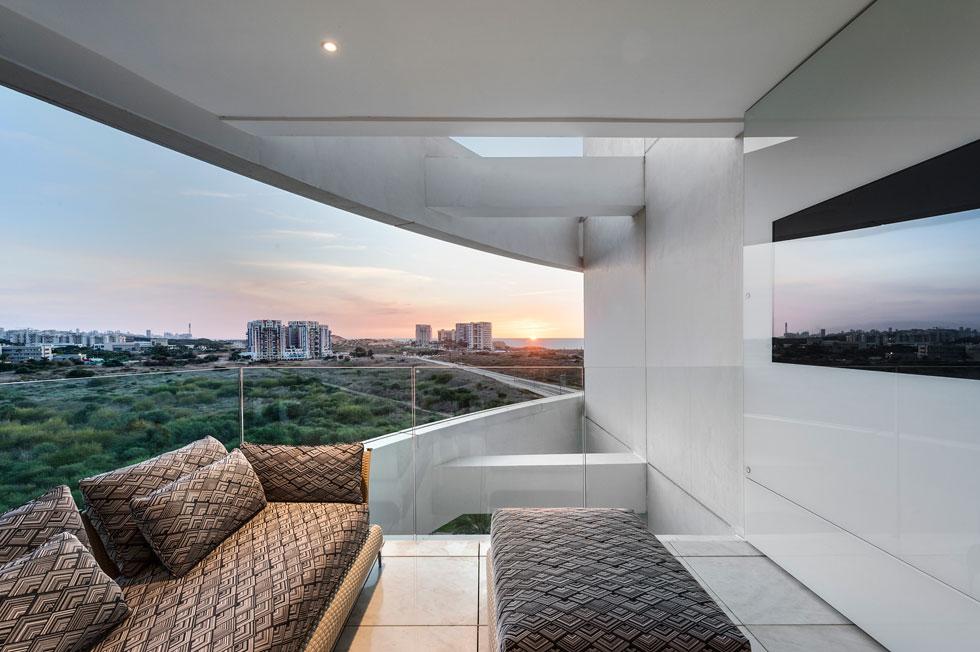 במרפסת מורגש שוב הניגוד בין סגנון הפנים לנופה של רצועת החוף הישראלית (צילום: עודד סמדר)