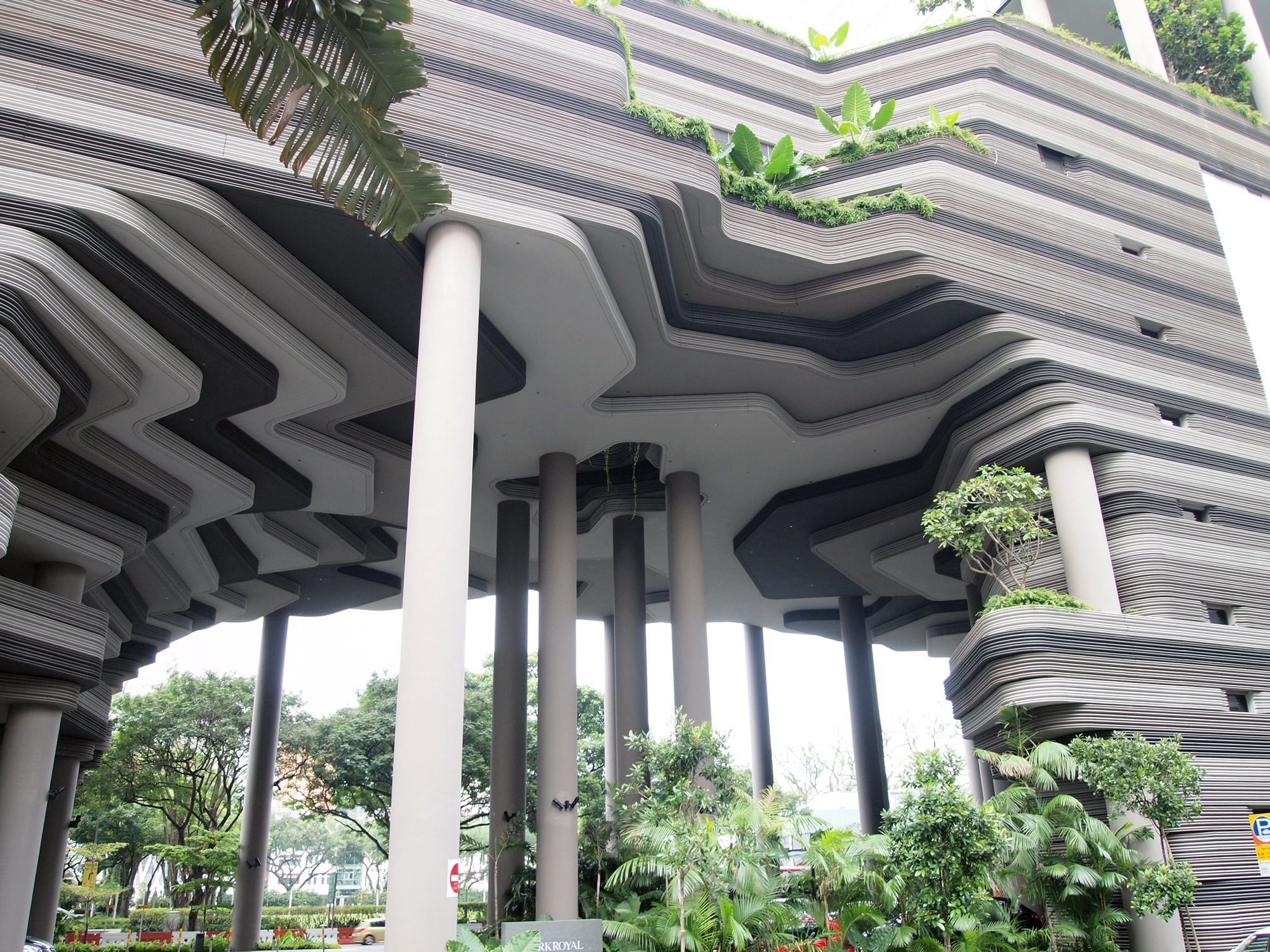 מלון ''פארק רויאל'' בסינגפור, של משרד האדריכלים WOHA. השתלטות הצמחייה על המבנה נראית כמו חזון דיסטופי (צילום: flickr, William, cc)