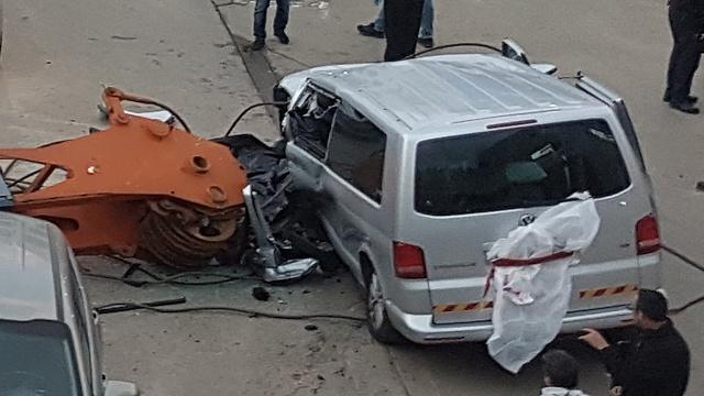 המכונית של רוטמן, שנפגעה מהחלק של המנוף (צילום: יאיר שגיא) (צילום: יאיר שגיא)