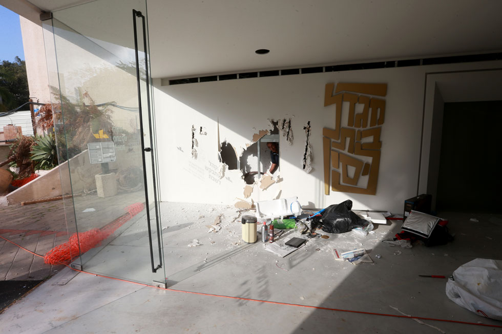 המבואה אתמול, כאשר משמר הציורים שי פרקש ניסה להציל את הציור מכליה - אך לשווא (צילום: אביגיל עוזי)