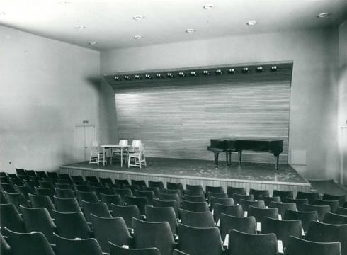 אולם ההופעות (צילום: י.קלטר, מתוך אוסף התצלומים של יעל אלוני, באדיבות ארכיון עזריאלי לאדריכלות; אוסף אריה שרון)