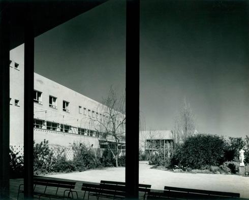 החצר בגב הבניין (צילום: י.קלטר, מתוך אוסף התצלומים של יעל אלוני, באדיבות ארכיון עזריאלי לאדריכלות; אוסף אריה שרון)