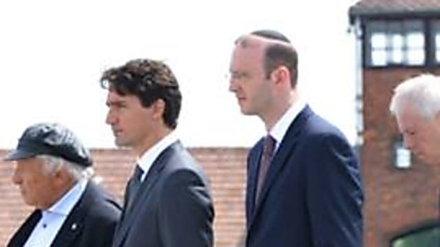 Rabbi Scheier (2nd right) with Canadian PM Trudeau (2nd left) (Photo: The Auschwitz Museum)