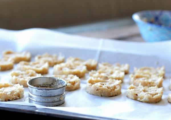 כדי לקבל לביבות אחידות אפשר להיעזר בקורצן עוגיות (צילום: טליה הדר)