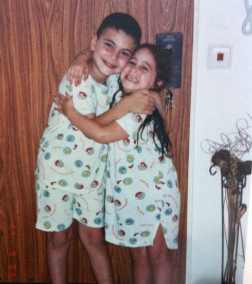 """תמונת ילדות עם אחותו. """"עשיתי לה בייביסיטר"""" (צילום: מתוך אלבום פרטי, באדיבות ירין יחזקאל)"""