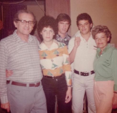 מיכאל זרחין (שני מימין) עם אמו אמי (מימין), האחים דני ושרית והאב יוסף (צילום: אלבום פרטי)