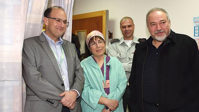 ליברמן עם מנהל בית החולים סורוקה ומנהלת מחלקת העיניים (צילום: רחל דוד, סורוקה) (צילום: רחל דוד, סורוקה)