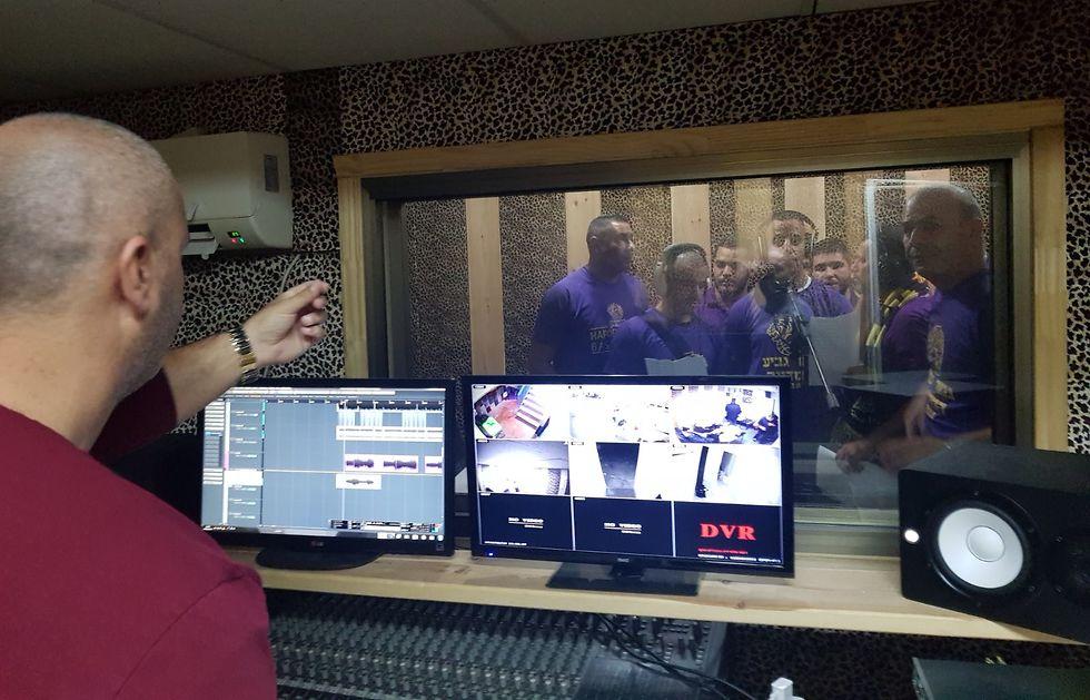 אוהדי חולון באולפן (צילום: פרטי)