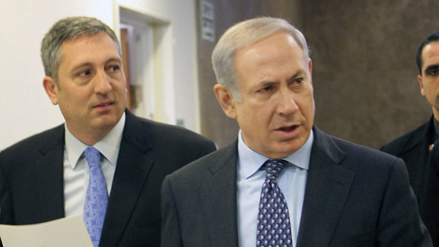 Hefetz (L) with Prime Minister Netanyahu (Photo: Alex Kolomoisky)