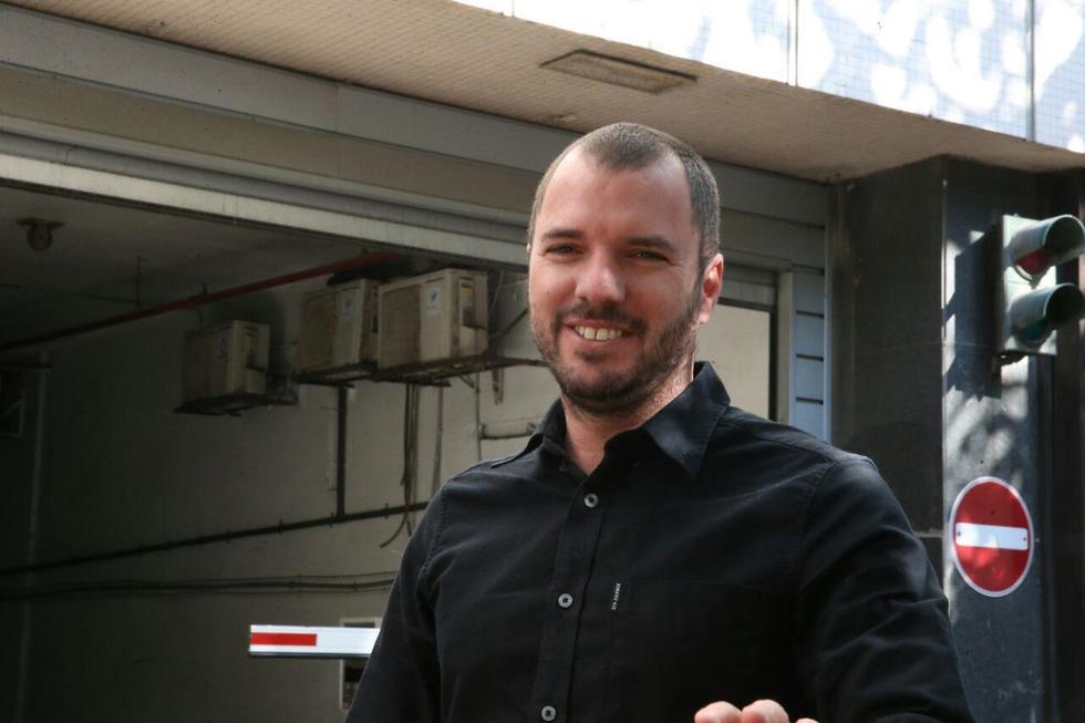 """עורך """"וואלה"""" אבירם אלעד הגיע למסור עדות ברשות לניירות ערך  (צילום: מוטי קמחי) (צילום: מוטי קמחי)"""