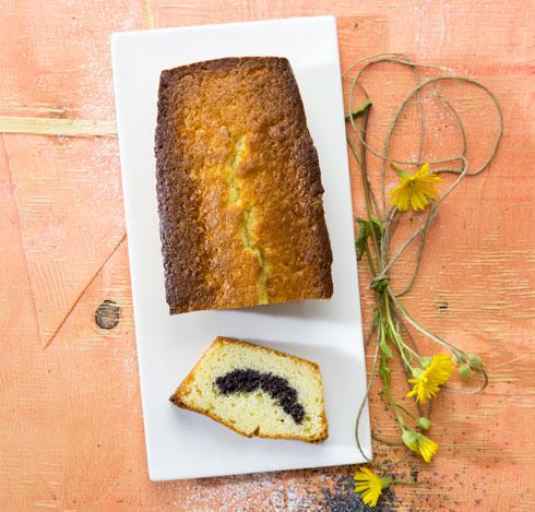 עוגה בחושה במילוי פרג (צילום: דן לב, סגנון: פסי ברניצקי)