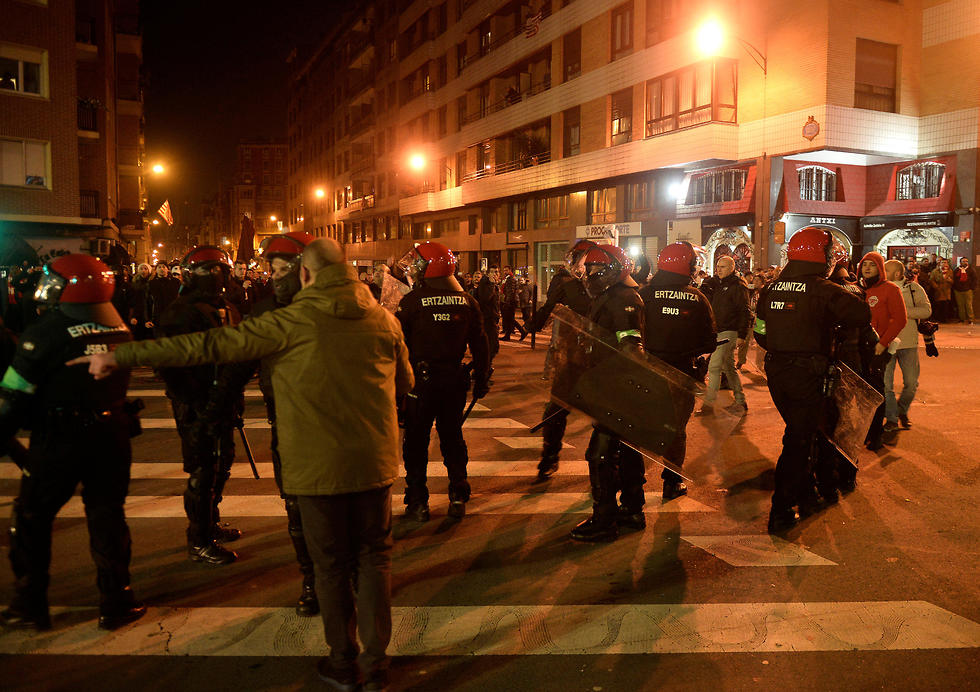 שוטרים בערב הסוער בבילבאו (צילום: רויטרס) (צילום: רויטרס)