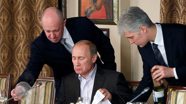 פריגוז'ין (משמאל) עם פוטין (צילום: AP) (צילום: AP)