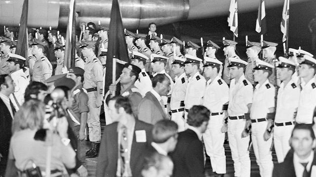 Sadat inspecting the guard of honor at Ben-Gurion Airport  (Photo: IDF Spokesperson's Unit, courtesy of the IDF Archives at the Defense Ministry)