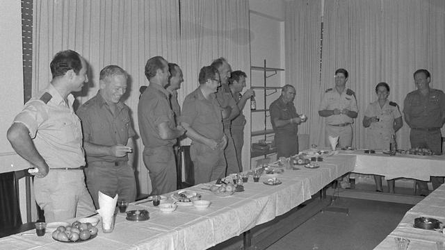 The General Staff Forum raising a toast in 1977  (Photo: IDF Spokesperson's Unit, courtesy of the IDF Archives at the Defense Ministry)