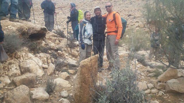 """זיו שרצר והמטיילים שמצאו את אחת מאבני המיל (צילום: ביה""""ס שדה, מדרשת שדה בוקר) (צילום: ביה"""