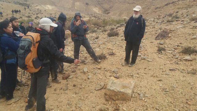 """פרופ׳ חיים בן דוד (מימין) ליד בסיס אבן המיל שזיו שרצר מצא בסיור המוקדם (צילום: ביה""""ס שדה, מדרשת שדה בוקר) (צילום: ביה"""