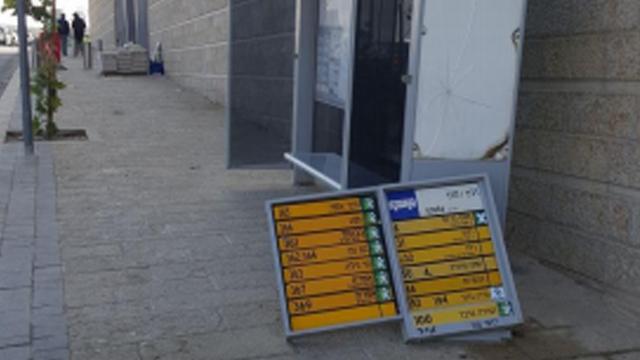 השלטים של התחנה על המדרכה ()