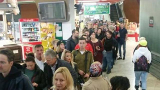 בתור לקו האוטובוס. 90 אחוז מנוסעי התחבורה הציבורית משתמשים באוטובוסים ()
