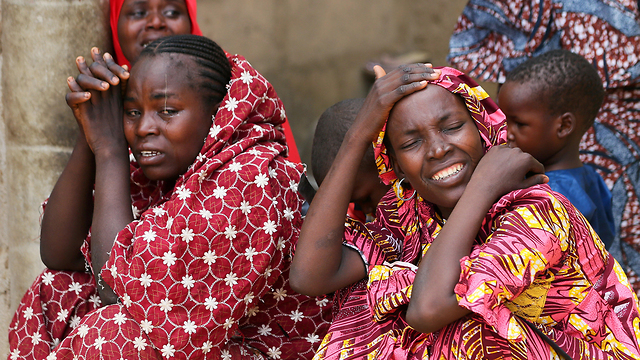 קרובי משפחה של נערות שנחטפו בדפצ'י (צילום: רויטרס) (צילום: רויטרס)