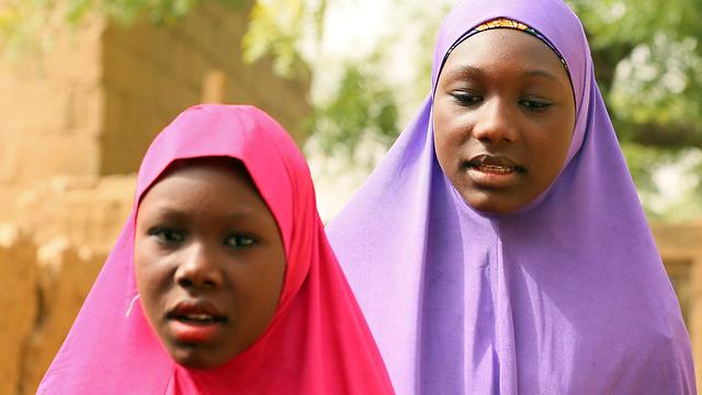 שתי נערות שהצליחו לברוח במהלך תקיפת בית הספר (צילום: רויטרס) (צילום: רויטרס)