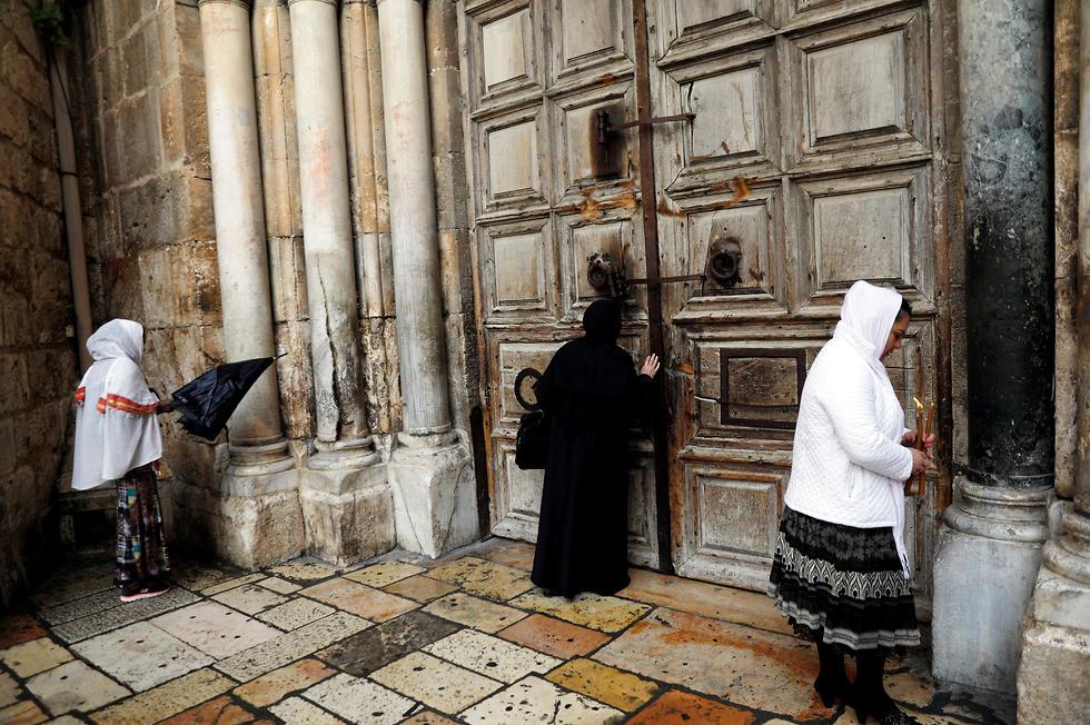 דלת הכנסייה הנעולה, הבוקר (צילום: רויטרס) (צילום: רויטרס)