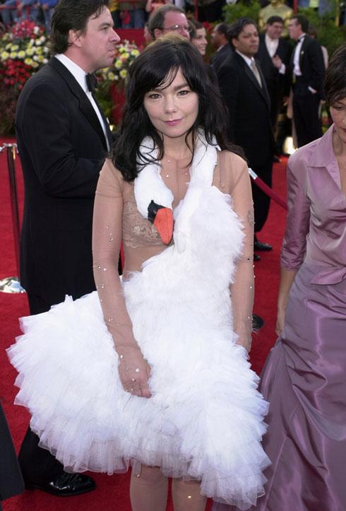 שמלת הברבור הפכה לשם נרדף למראה תיאטרלי ותמוה. ביורק (צילום: AP)