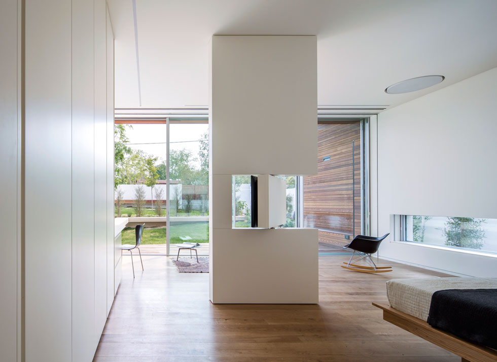 האדריכלית תכננה כאן רהיט שמאפשר לסובב את מסך הטלוויזיה, כך שניתן לצפות בו מהמיטה, או מפינת הישיבה (צילום: עמית גרון)