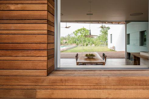 חלונות שקופים בכל צדי הבית. מבט מהמרפסת האחורית פנימה (צילום: עמית גרון)