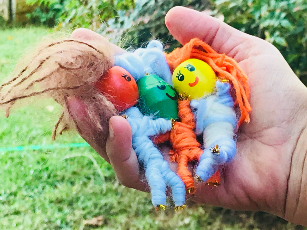 לוקחים את הבובה ביד, לוחשים לה דאגה או דאגות, מטמינים לפני השינה מתחת לכרית, ונרדמים לשנת לילה מתוקה (צילום: מגזין חלבלובון)