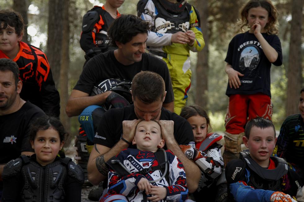 קולמן (למעלה במרכז) בישראל (צילום: אלי שמר, Riders for riders) (צילום: אלי שמר, Riders for riders)