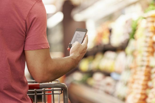 עדיף שרשימת הקניות תהיה בטלפון ולא על דף נייר (צילום: shutterstock)