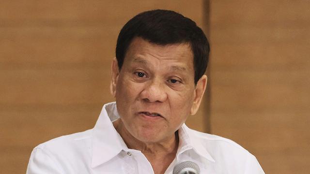 יבוא עם פמלית ענק. נשיא הפיליפינים רודריגו דוטרטה (צילום: AFP) (צילום: AFP)