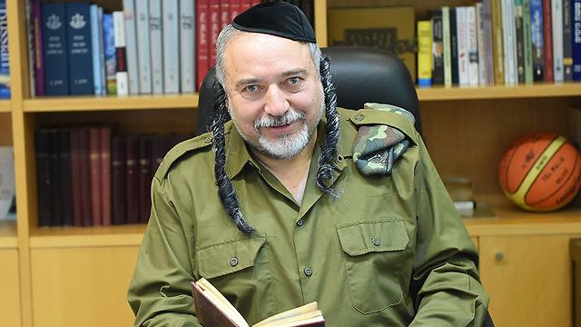 Defense Minister Lieberman dressed as a Haredi soldier (Photo: Defense minister's spokesmanship)