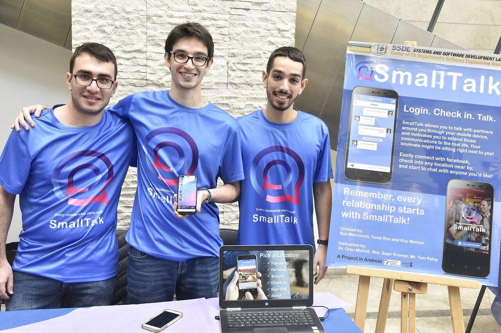 קבוצת הסטודנטים שפיתחה את SmallTalk - אפליקציה מבוססת מיקום לניהול קשרים חברתיים בעולם האמיתי ( צילום: שרון צור, דוברות הטכניון) ( צילום: שרון צור, דוברות הטכניון)