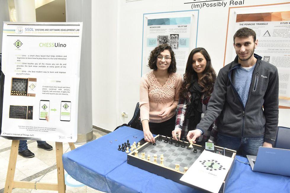הסטודנטים אמאני שחאדה, מרח גומייד ומוחמד סמאר פיתחו את Chessuino ( צילום: שרון צור, דוברות הטכניון) ( צילום: שרון צור, דוברות הטכניון)