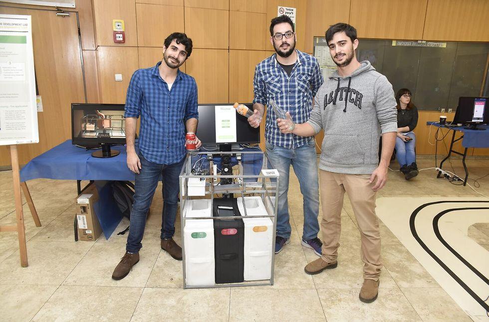 BizOn SRB - Smart Recycle Bin – צוות הסטודנטים שפיתח את מערכת פחי מחזור החכמה ( צילום: שרון צור, דוברות הטכניון) ( צילום: שרון צור, דוברות הטכניון)