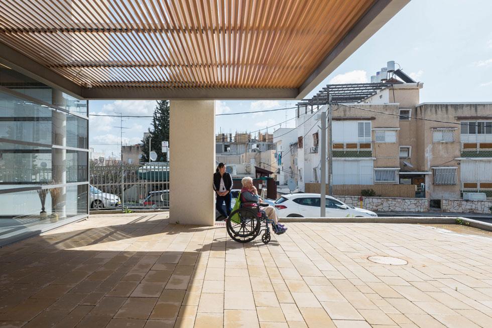 אחת הכניסות לבניין החדש. אילו הייתה כניסה אחת, זו הייתה הזדמנות לקשישים לפגוש ילדים והוריהם, במקום לחוש מבודדים. אך יש כניסות נפרדות (צילום: ליאור גרונדמן)