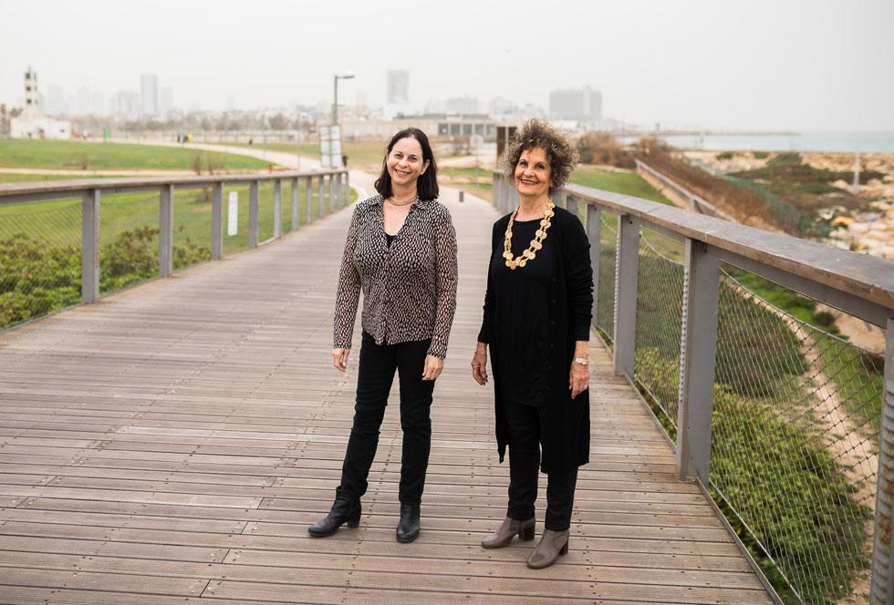 רות מעוז (מימין) ועליזה ברוידא בפארק רדינג בתל אביב, שזיכה אותן בפרס קרוון. ''אנחנו לא מעתיקות מפרויקט לפרויקט'' (צילום: טל שחר)