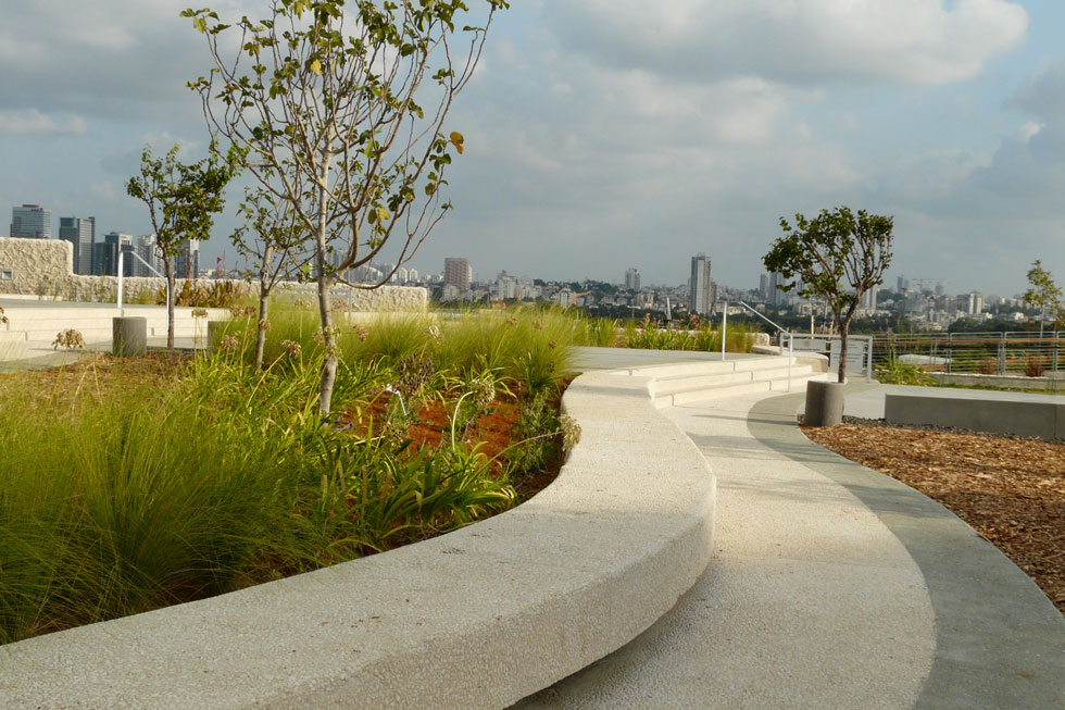 פיתוח הנוף סביב בית הספר למדעי הסביבה ''פורטר'' באוניברסיטת ת''א. ''נשים נוטות יותר להתחבר למקום ולהקשיב'' (צילום: רות מעוז)