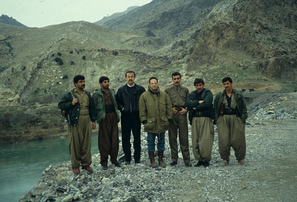 בן ישי עם לוחמים כורדים בעיראק ב-1993 ()