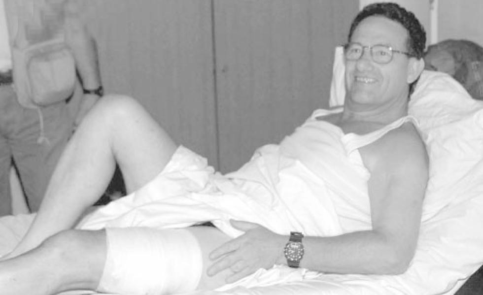 רון בן ישי מאושפז בבית חולים בקוסובו, לאחר שנורה ונפצע (צילום: AP) (צילום: AP)