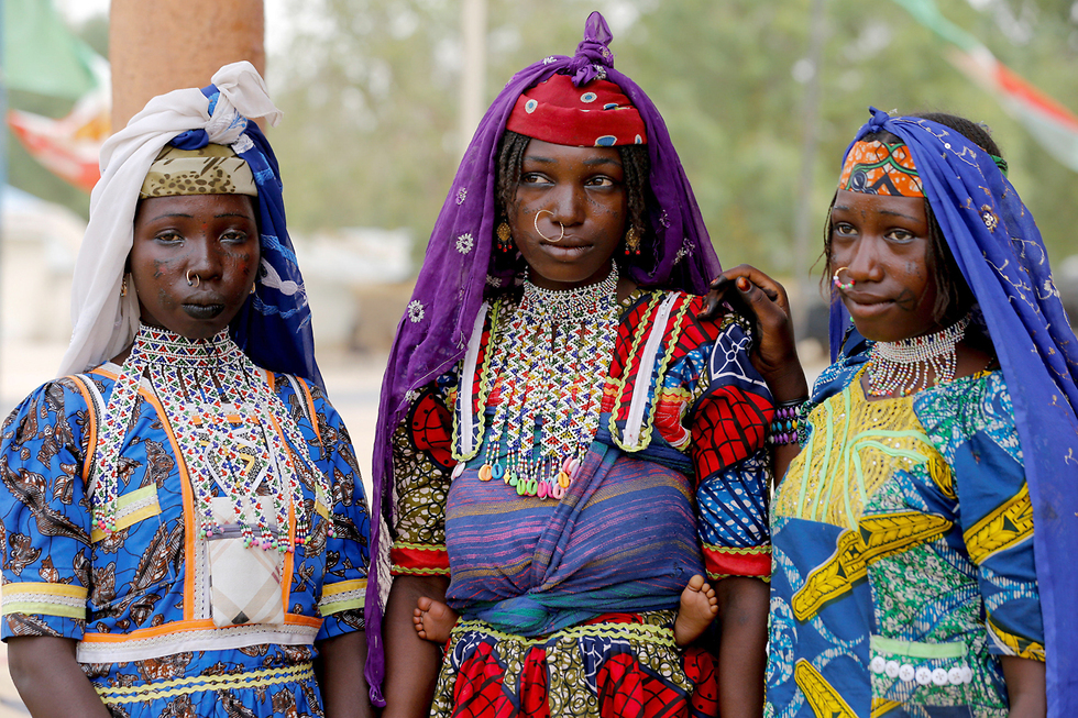 נשים פולאניות (קבוצה אתנית אפריקנית) בלבוש מסורתי בעיר דפצ'י, ניגריה ( צילום: רויטרס) ( צילום: רויטרס)