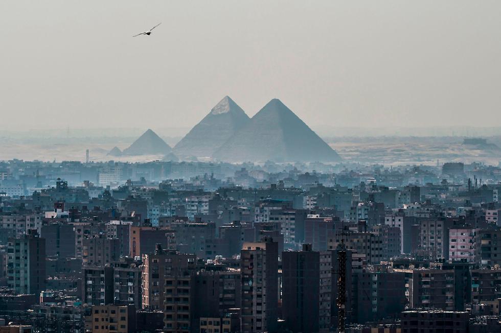 העיר קהיר על רקע הפירמידות של גיזה (צילום: AFP) (צילום: AFP)
