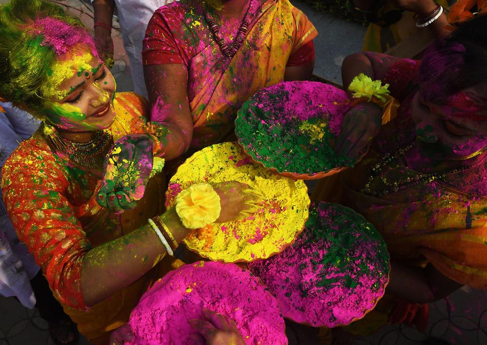 סטודנטים הודים חוגגים את פסטיבל הולי הצבעוני בעיר קולקטה (צילום: AFP) (צילום: AFP)